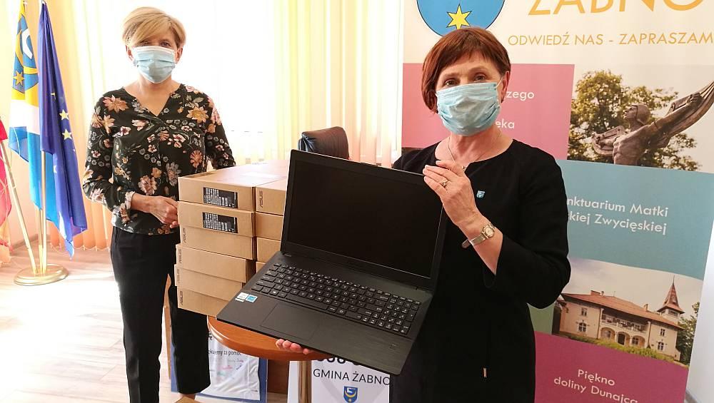 Burmistrz Żabna prezentuje zakupione laptopy z tarczy antykryzysowej